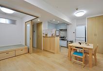 キッチンとダイニングとを隔てていた壁を取り除き、ワンルームにすることでキッチ...