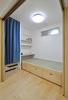 リビングとつながる畳小上がりは、布団を敷けばベッド(寝室)にもなります。L字...