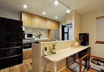 キッチンとの間にあった垂れ壁を取り除き、開放的に。「食事時間がバラバラのため...