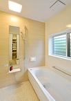 洗面脱衣室のナチュラルなカラーを浴室のアクセントパネルにも反映させたことで、...
