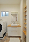 ホワイト×木目を基調とした洗面化粧台はTOTO/ドレーナ。ミラーキャビネットとの間...