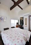 元は車庫だった空間を寝室+ウォークインクローゼットに。シングルベッドを2台置...