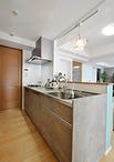 シンク横の壁や吊戸棚を取り払い、セミクローズドキッチンからオープンキッチンへ...
