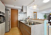 キッチンの袖壁や吊戸棚をなくし、和室との壁を撤去することでリビング・ダイニン...