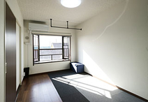 南からの光も取り込める寝室。和室から洋室へと変更しています。天井には下地を入...