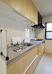 キッチンはTOTO/ミッテ(W=2550)を設置。背面には天井までの棚を造作。食品スト...