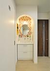 新しい生活様式に対応した洗面コーナー。入り口のR開口に背面をタイル調のアクセ...