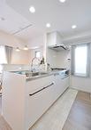 キッチンは汚れにくくお手入れが簡単なクリナップ/ステディア(W=2550)を選択。...